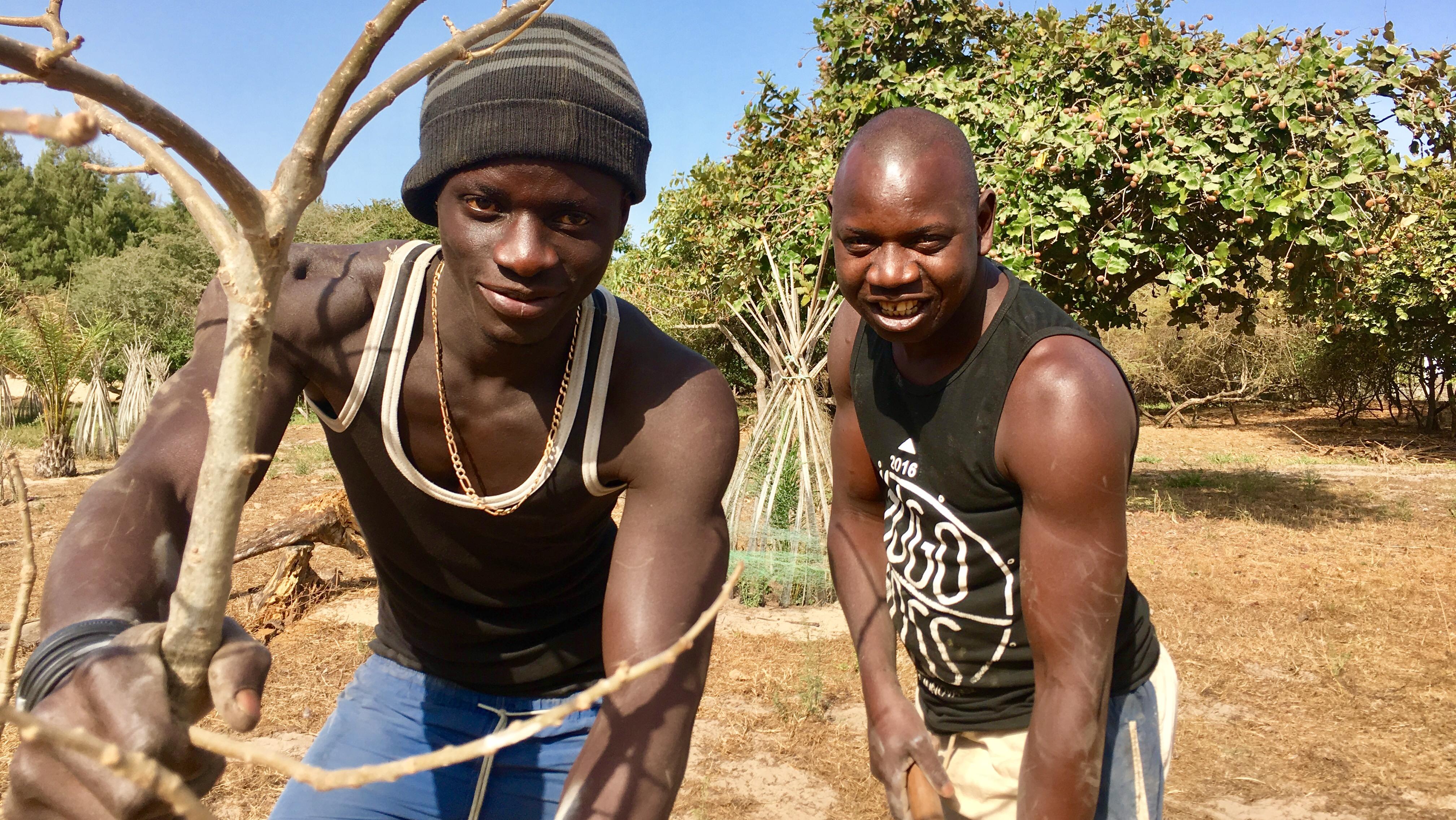 Michel, le jardinier & K qui seconde Alioune dans de nombreuses tâches
